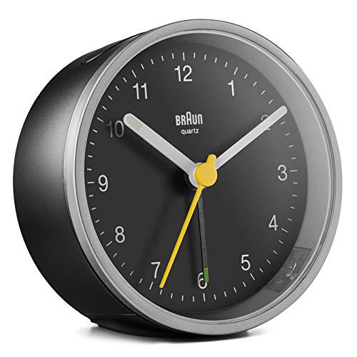 Braun Klassischer analoger Wecker mit Schlummerfunktion und Licht, ruhiges Quarzuhrwerk, Crescendo-Alarm in Schwarz und Silber, Modell BC12SB
