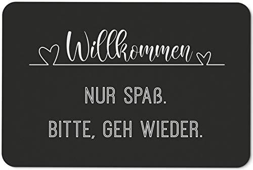 Tassenbrennerei Fußmatte mit Spruch Willkommen Nur Spaß Bitte GEH Wieder - Türmatte lustig - für innen & außen - waschbar - Deutsche Qualität