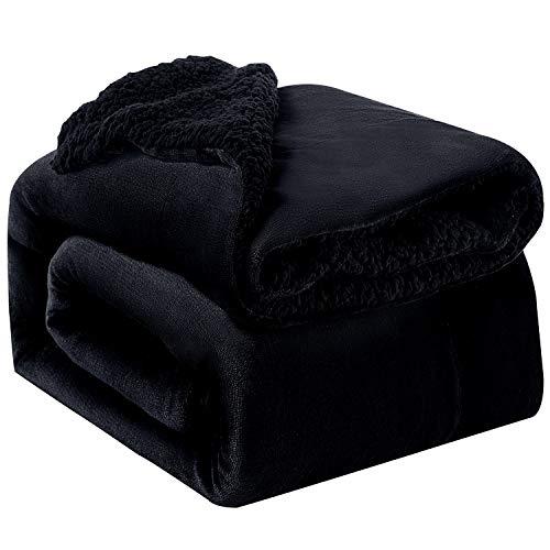 Bedsure Sherpa Decke Schwarz zweiseitige Wohndecken Kuscheldecken, extra Dicke warm Sofadecke/Couchdecke aus Sherpa, 150x200 cm super flausch Fleecedecke als Sofaüberwurf oder Wohnzimmerdecke