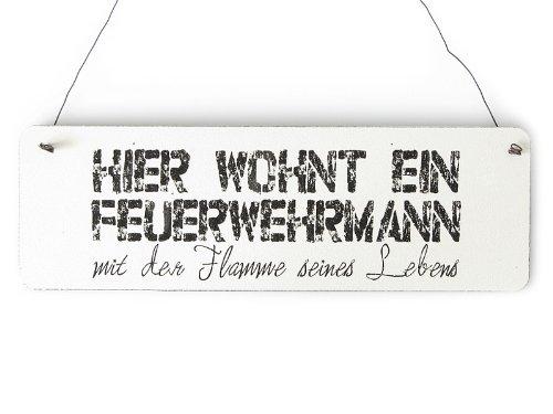 Inerluxe Shabby Vintage Schild Türschild Hier WOHNT EIN FEUERWEHRMANN Geschenkidee Dekoration Holzschild Landhaus Chic