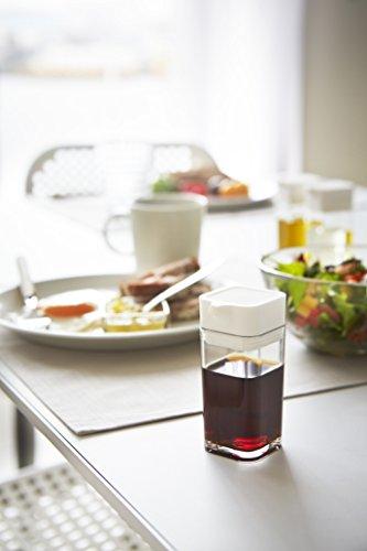量を調整して注げるプッシュ式の醤油差し。お好みの量の醤油を注げるので、塩分の気になる方にもおすすめです。
