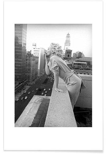 """JUNIQE® Marilyn Monroe Schwarz & Weiß Poster 20x30cm - Design """"Marilyn Monroe in New York, 1955"""" entworfen von Vintage Photography Archive"""