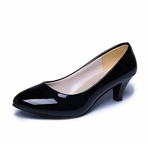 potente para casa ¡pueblo!  Mujer desnuda desde el techo de la oficina pisándole los talones.  Zapatos elegantes para mujer baja …