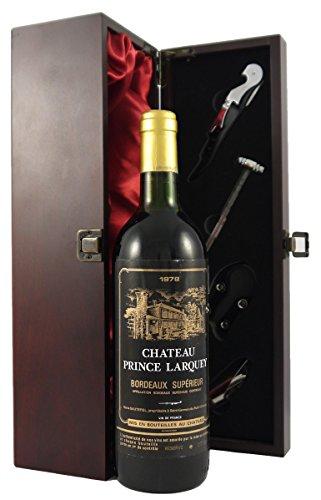 Chateau Prince Larquey 1978 Bordeaux Superieur in einer mit Seide ausgestatetten Geschenkbox. Da zu vier Wein Zubehör, Korkenzieher, Giesser, Kapselabschneider,Weinthermometer, 1 x 750ml