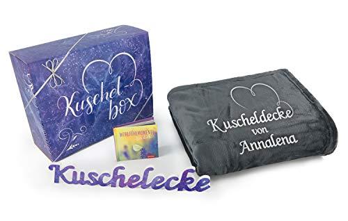 Direkt-Stick.de Kuscheldecke Geschenkset, Decke mit Namen Bestickt, Wohndecke anthrazit, 150 x 200 cm, personalisierbare Schmusedecke mit Geschenkverpackung
