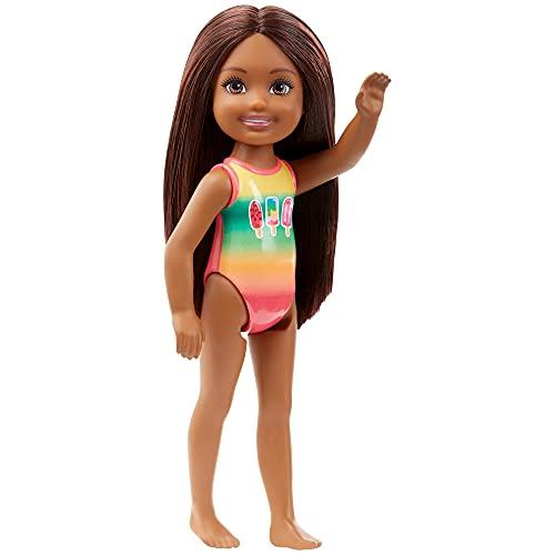 Barbie Mattel GHV56 Chelsea - Muñeca de playa con diseño de arcoíris