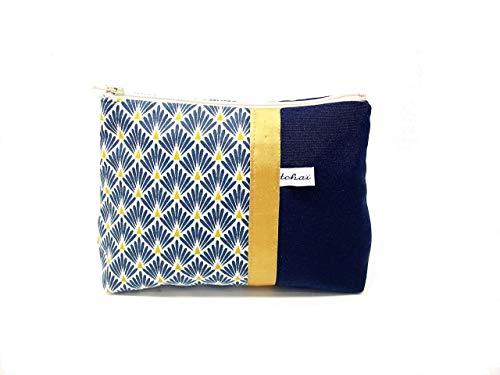 trousse fourre tout bleu marine et blanc style scandinave, pochette zippée en toile et tissu a motifs geometriques, cadeau pour elle
