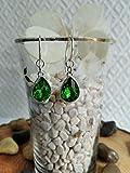 Pendiente de Plata y cristal de roca verde esmeralda con un diseño elegante.