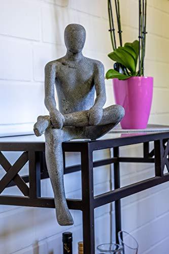 IDYL Moderne Skulptur Figur Sandsteinguss Sitting Man | wetterfest | Farbe grau | Masse 19x23x43 cm | Dekorationfigur für jeden Wohnbereich, Balkon und Garten