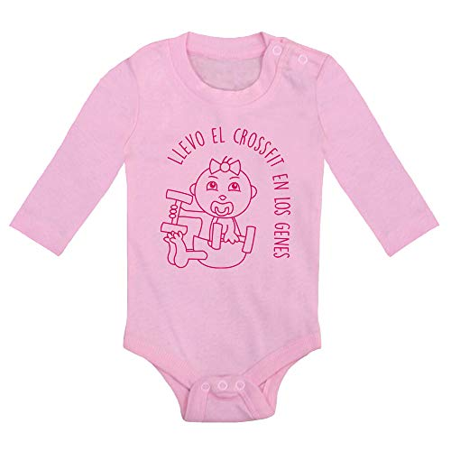 Body bebé Crossfit. Bebé crossfitter. Regalo bebé. Regalos para bebés. Regalo divertido. Regalo original. Bebé friki. Regalo friki. Body friki. Body bebé algodón. Manga larga. (Rosa, 6 meses)
