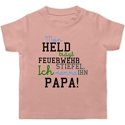 Feuerwehr Baby - Mein Held Papa Feuerwehr Junge - 12/18 Monate - Babyrosa - Kinder Feuerwehr - BZ02 - Baby T-Shirt Kurzarm