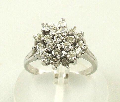 Wit gouden diamanten entourage ring