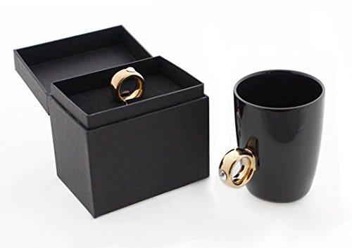 KOSxBO® koffiebeker met gouden verlovingsring als handvat in een elegant juwelendoosje, huwelijkscadeau gouden ring