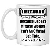 N\A Refrán Divertido Porque Badass Lifeguard no es un título Oficial de Trabajo Taza de café con Leche de 11 oz