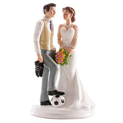 Bonita figura de una pareja de novios, el con botas y balón de fútbol, para decorar la tarta o para regalar. Medidas: 20cm de alto. INCLUIDA GRABACIÓN EN CHAPITA PLATEADA A DIAMANTE CON LOS NOMBRES Y LA FECHA, PEGADA EN LA PEANA. SE PRESENTA EN PAPEL...