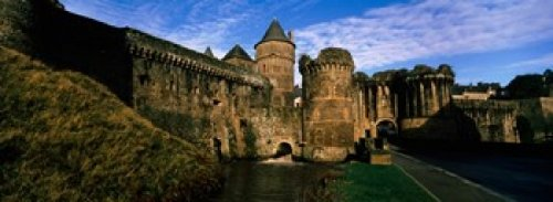 The Poster Corp Panoramic Images – Low angle view of a castle Chateau de Fougeres Fougeres Ille-et-Vilaine Brittany France Photo Print (91,44 x 33,02 cm)