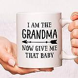 Taza de café con texto en inglés 'I Am The Grandma Now Giv