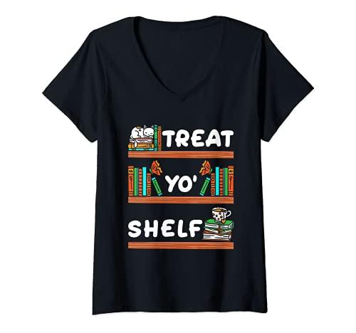 Mujer Treat Yo' Shelf - Lector de bibliotecario de Halloween Camiseta Cuello V