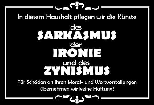 In diesem Haushalt pflegen wir die Künste des Sarkasmus, der Ironie und des Zynismus. … Funny Familien Sprüche Blechschild, 20x30 cm Deko