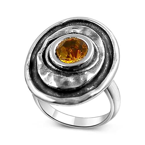 Joyas Passo ® Anillo de plata para mujer con cristal tallado en el centro de color ámbar. El anillo Waena es un modelo ajustable desde la talla 12 a la 19. Se entrega con una caja de regalo.