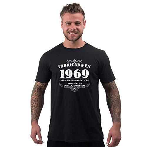 Divertida camiseta de hombre Manufactured 1969 para 50 cumpleaños que llega a tu puerta ya en caja de regalo ¡sin coste adicional! Una genial y original camiseta de 50 cumpleaños para regalar a un amigo, novio, marido o familiar Divertida camiseta de...