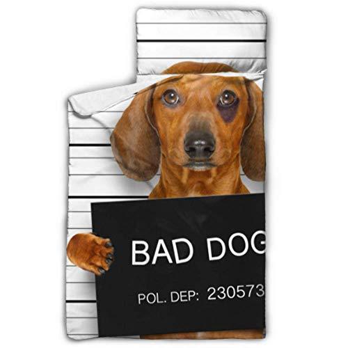 Dackel-Wurst-Hund, der eine Polizeidienststelle-Nickerchen-Matte für die Nickerchen-Matte der Kindertagesstätte mit Decke und Kissen-Rollup-Entwurf hält, der für Kindertagesstätten-Sleepovers 50