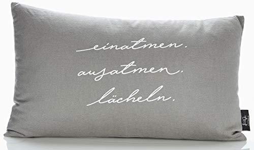 """LePaJo Dekokissen """"Einatmen Ausatmen Lächeln"""" 50 x 30 cm Bezug: grau, 100% Baumwolle mit Reißverschluss. Kissen, Dekokissen mit Füllung, Zeierkissen"""