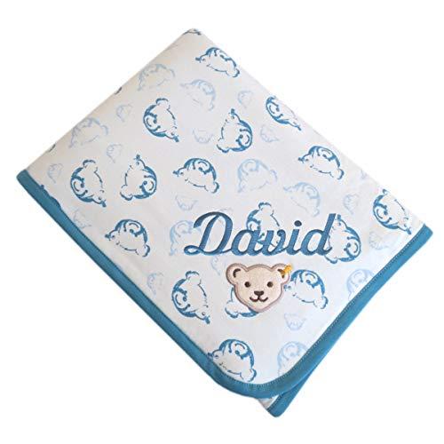 Steiff Babydecke mit Ihrem Wunsch-Namen bestickt Teddybär-Allovermotive creme blau adriatic blue 90 cm x 60 cm personalisierte Jersey-Decke als Namensdecke mit Bärchen-Print und Bio-Baumwolle