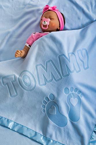 Babydecke mit Namen und Fußdesign, Geschenke für Babymädchen, Jungen, oder Eltern, Größe 88x88CM, Satinbesatz