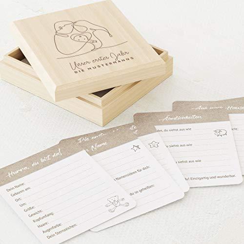 sendmoments Mein 1. Jahr, Babytagebuch, Familienglück, 60 Meilensteine Karten 88x105 mm zum Ausfüllen, mit personalisierter Erinnerungskiste mit individueller Gravur 113x130 mm, Geschenk zur Geburt