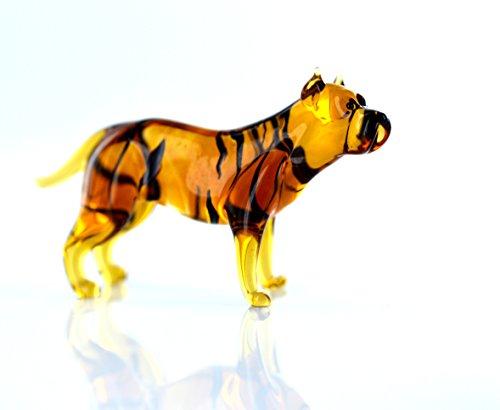 Hond bruin zwart gestreept - figuur van glas American Staffordshire Terrier staand - b8-1-12 - glazen figuur zetkast vitrine glazen dier bruine zwarte rashond met zwarte strepen