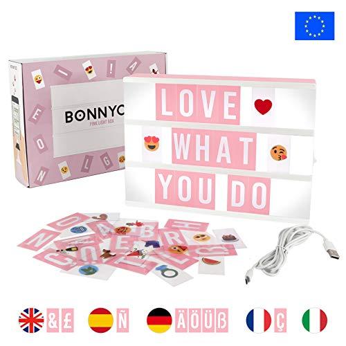 Caja de Luz A4 Rosa con 105 Letras, 60 Divertidos Emojis y USB | Con Letras Ñ y Ç | Cartel Luminoso LED Ideal para Decoración Vintage en Habitación, Oficina, Baby Shower, Cumpleaños y Bodas