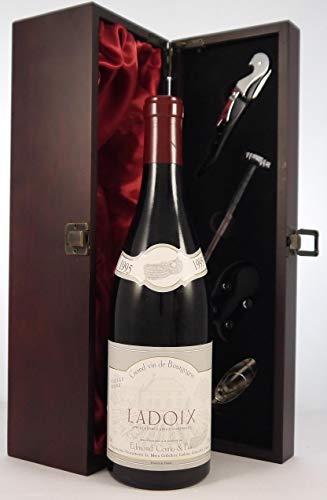 Ladoix Vieilles Vignes 1995 Edmond Cornu & Fils in einer mit Seide ausgestatetten Geschenkbox, da zu 4 Weinaccessoires, 1 x 750ml