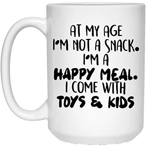A mi edad, soy una comida feliz Vengo con juguetes y niños Taza de café - Regalo blanco para el padre, madre, esposo, esposa, amigo, tía, tío, en, día de la mujer, día de la madre, día del padre, cump