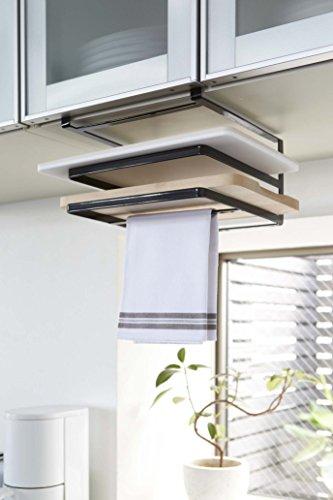 """スタイリッシュでシンプルデザインの""""まな板&布巾ハンガー""""。キッチンのデットスペースを有効活用できるこちらのハンガーは、吊戸棚の棚板部分に差し込んで設置するタイプ。2枚のまな板が収納でき、上の段は約4cm前後、下の段は約3cm前後の厚さのまな板に対応しています。下の段には布巾を2枚掛けておくことができ、スムーズに手を拭けるのが便利!"""