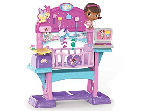 Doc McStuffins DMS Kinderspielzeug, Babybett mit medizinischer Untersuchungsstation