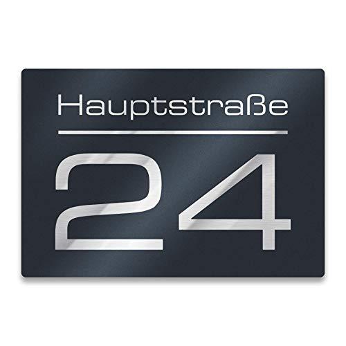 Metzler Hausnummer - Hausnummernschild mit Gravur - Straßenname, Name und Wunsch-Nummer - Farbe wählbar in Anthrazit-Grau RAL 7016, Schwarz, Weiß, Blau - UV-beständig - Größe wählbar