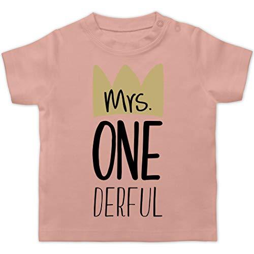 Geburtstag Baby - Mrs One Derful - 12/18 Monate - Babyrosa - Body mit Zahl - BZ02 - Baby T-Shirt Kurzarm