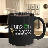 DKISEE Runs On Veggies Divertida taza de café vegano para veganos vegetarianos linda taza de café negra de 12 onzas