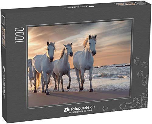 fotopuzzle.de Puzzle 1000 Teile Eine Herde weißer Pferde, die durch das Wasser Laufen. Bild aufgenommen in der Camargue, Frankreich (1000, 200 oder 2000 Teile)