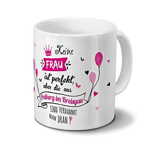 printplanet Tasse mit Namen Freiburg im Breisgau - Motiv Keine Frau ist Perfekt, Aber. - Namenstasse, Kaffeebecher, Mug, Becher, Kaffeetasse - Farbe Weiß