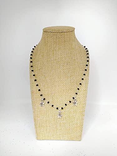 Collana girocollo stile rosario realizzata a mano con filo colore argento, cristalli neri e stelle di colore argento.
