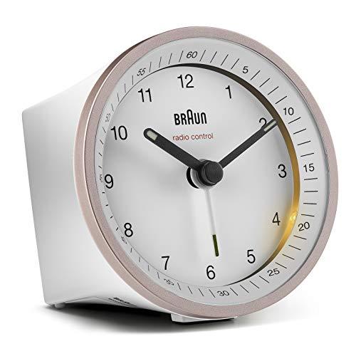 Klassischer analoger Funkwecker von Braun für die Mitteleuropäische Zeitzone (MEZ/GMT+1) mit Schlummerfunktion und Beleuchtung, ruhigem Uhrwerk, Crescendo-Alarm in Weiß und Rose, Modell BC07PW-DCF