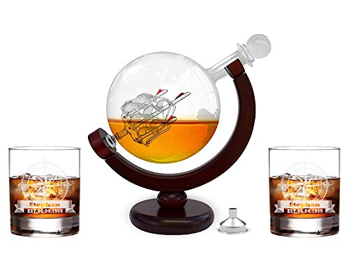 FORYOU24 Whiskeykaraffe im Globus Design + 2 Whiskygläser mit Gravur - Weltkugel Dekanter aus Glas mit Segelschiff Dekor - Scotch Decanter - 850ml