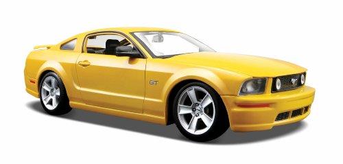 Maisto Ford Mustang GT Coupé '06: getrouw modelauto 1:24, deuren en motorkap te openen, klaar model, 20 cm, geel (531997)