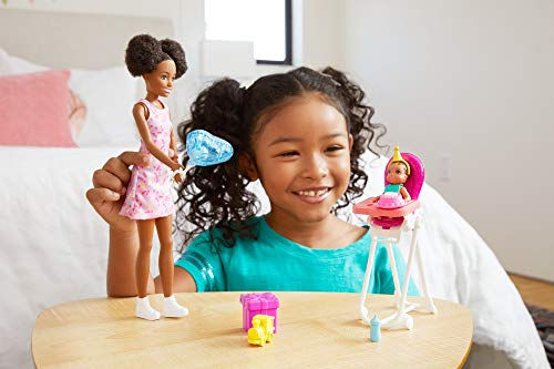 Barbie Skipper Muñeca afromericana canguro con vestido y bebé, con trona de niño de juguete y accesorios de cumpleaños…