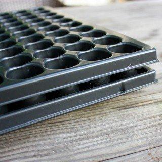 Stabile Anzuchtsplatte mit 150 Pflanzlöchern + Untersetzer QuickPot QP-150R