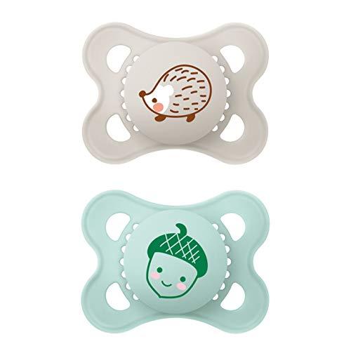 MAM Original Elements Schnuller im 2er-Set, symmetrischer und kiefergerechter Baby Schnuller aus SkinSoft Silikon, stillfreundliche Form, mit Schnullerbox, 0-6 Monate, Igel/Eichel