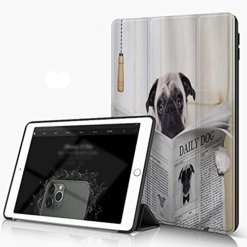 Custodia Protettiva Compatibile con iPad 9.7 Pollici 6,5 Generazione, Pug Puppy Reading The Newspaper on The Toilet Immagine Divertente Pug Joke Print, con Funzione Auto Wake Sleep