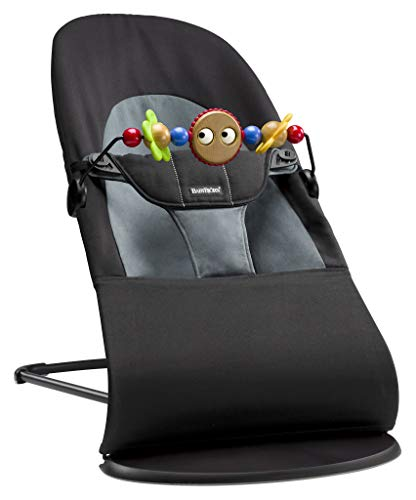 BabyBjörn 605001 Babywippe Paket, Balance Soft inklusive Holzspielzeug, Cotton, Schwarz/Dunkelgrau, BAUMWOLLE